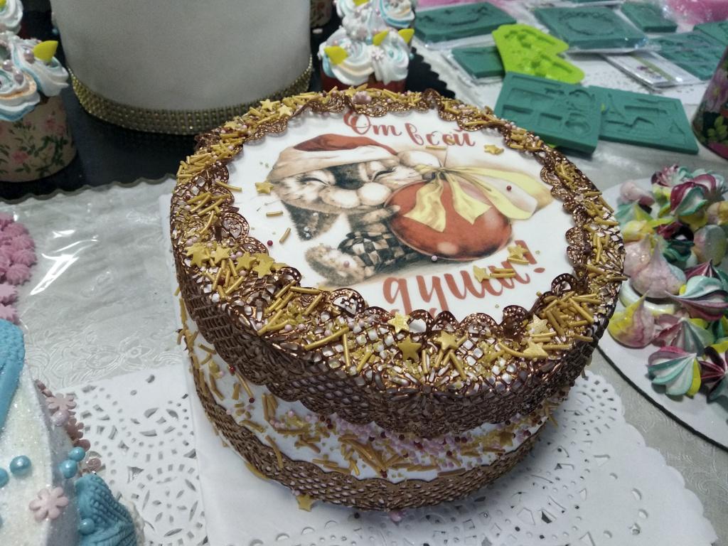 край торта декорирован съедобным кружевом