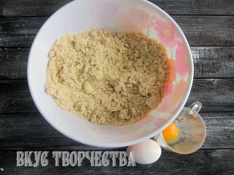 масло перетерто в мелкую крошку с сухими ингредиентами для теста