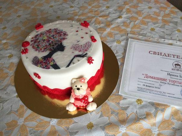 торт с минимальным декором по краю картинки
