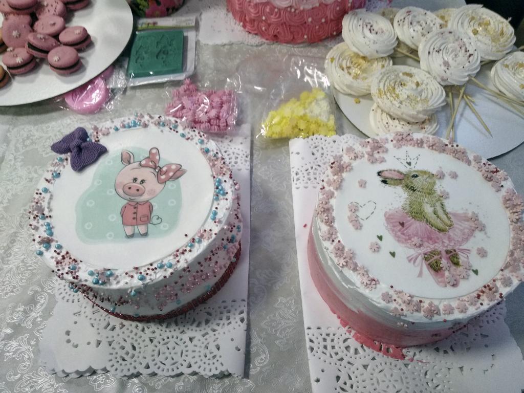 края торта с картинкой декорированы посыпками