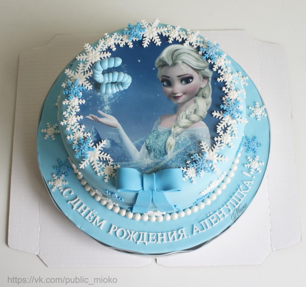 края торта декорированы снежинками из мастики