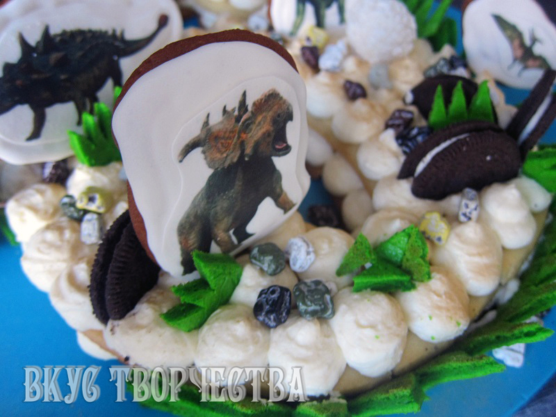 пряник трициратопс на торте