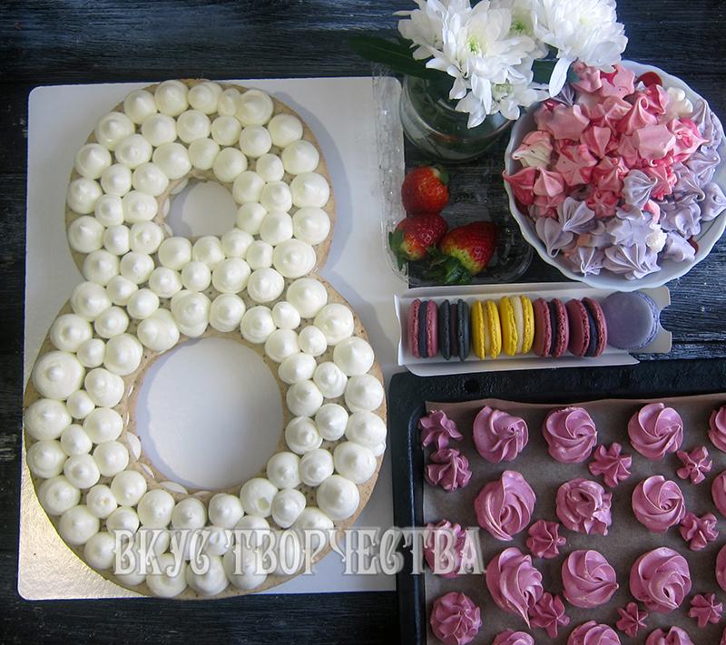 макарон, зефир, цветы, ягоды подготовлены для оформления торта