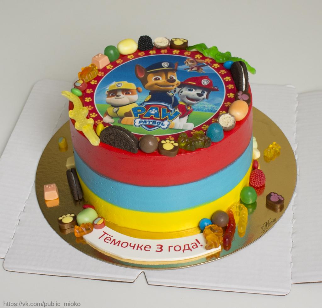края торта декорированы конфетами