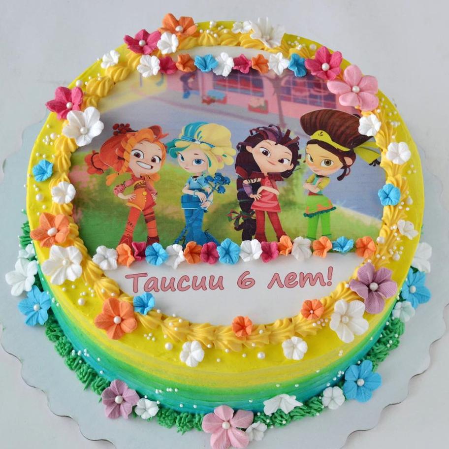 края торта декорированы цветочками из мастики